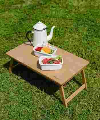 ピクニックで、あると意外に役立つのがミニテーブル。凹凸のある芝生の上では不安定なドリンクボトルやランチボックスを安心して置くことができます。「haco!/ハコ」のこちらは折りたたみタイプなので、行き帰りはコンパクトに持ち歩けます。