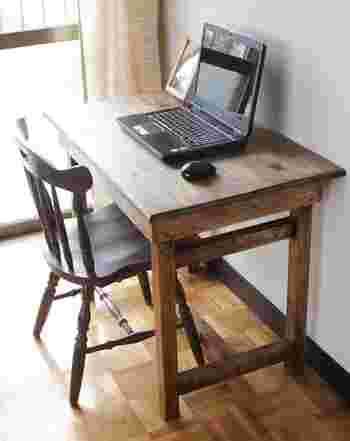 無機質になりがちなパソコンデスクも、DIYならお部屋の雰囲気にあうデザインが叶います。こちらのアンティーク風デスクは、木材を組みあわせて塗装することでイチからDIYしたものだそうです。
