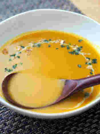 レンジにかけたかぼちゃをつぶし、スープやカレールウと合わせるだけ。ブレンダーにかけたり、裏ごししたりといった手間を一切省いた簡単レシピです。
