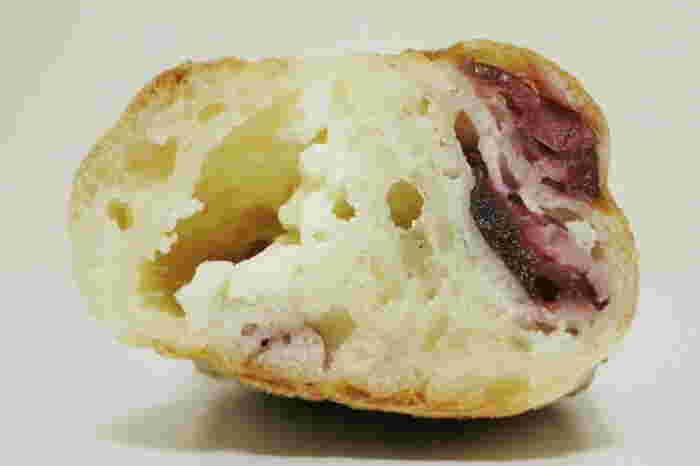 クランベリーとクリームチーズが練り込まれたパン。見た目と違い想像以上のモチモチ感が味わえます。
