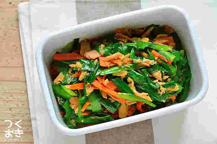 緑だけの常備菜レシピはたくさんあるけれど、人参を足すことでさらに彩りがプラス。時間のない朝に一品つめるだけで大活躍してくれるレシピです。調理時間も10分なので、朝に作れるのも嬉しいですね。