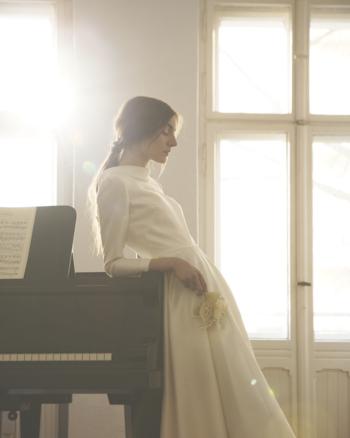 シンプルで花嫁の表情をグッと引き立ててくれます。 ロールカラーでロングスリーブのシックなドレスは、ペイズリー柄の字模様入りシルク生地にて。