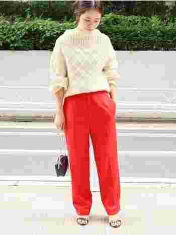 ニット×パンツのメンズライクな装いも、鮮やかな赤のボトムスなら女性らしい印象に。シンプルで洗練された着こなしがとっても素敵です。
