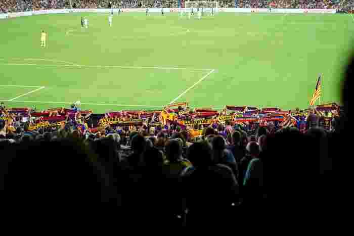 サッカーファンにとって、そこは「バルサの聖地」!FCバルセロナのホームスタジアム「カンプ・ノウ」は憧れの場です。サッカーの試合が見られなくても、見学ツアーならいつでも誰でも参加可能。ミュージアムでは歴代選手のユニフォームやトロフィー、そのほか貴重な展示があり、記念撮影や公式グッズの購入もできます。 余談ですが、スペインでも人気のアニメ『キャプテン翼』の翼くんがFCバルセロナに移籍したというエピソードもあります。  名称:Camp Nou 住所:C. d'Arístides Maillol, 12, 08028 Barcelona