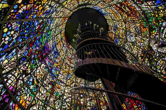 高さ18メートル、内径8メートルの高い塔の内部には、手割りのガラスで作られたステンドグラスが敷きつめられ幻想的な空間を作り上げています。螺旋階段を登りきると、美術館全体と箱根の風景が一望できます◎