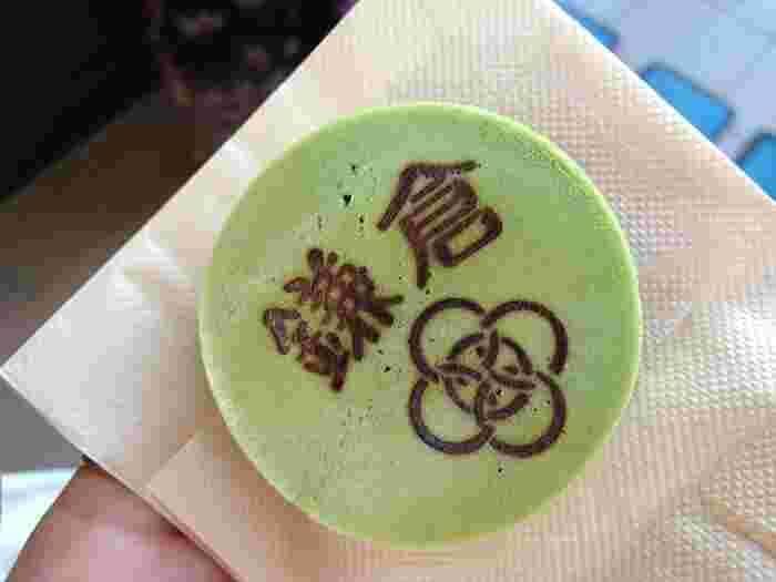 「鎌倉焼き」は、こちら。抹茶生地に黒胡麻餡が相まった、和風ならではの美味しさです♪