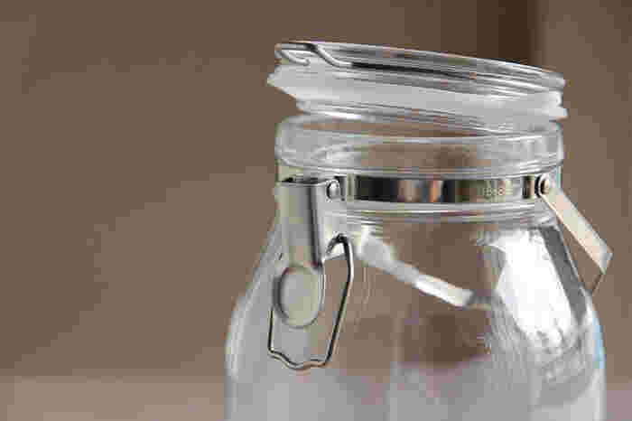 厚みのあるガラス製で、さらに液体を入れると重さを増す保存瓶ですが、取っ手が付いているから動かすのには困りません。たっぷりと入れても、重くて持ちずらいなんてことはありません。