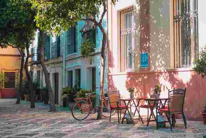 1日でも観光は可能ですが、バルセロナの文化をじっくり体感するには少なくとも3~5日は滞在したいですね。主要な建築物も外側からサラッと見て回るのと、中へ入ってゆっくり見渡すのとでは感動が違います。ガウディは外せませんが、ほかにもサン・パウ病院やカタルーニャ音楽堂といった一目見ずに帰るにはあまりも惜しい場所もあります。 1~3日目に世界遺産を中心とする定番名所を見てから、3~5日には美術館や海岸、またモンセラットなどの郊外の見所へも足をのばしてみてください。