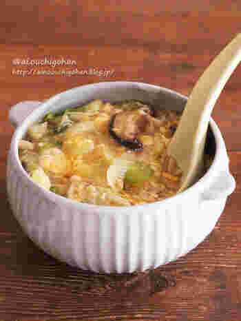 めんつゆは、それだけで味わいが決まる便利な調味料♪こちらは、白菜や長ねぎ、玉ねぎ、きのこ2種の具だくさん卵スープです。味付けはめんつゆだけでOK!水溶き片栗粉でとろみを付けてから卵を入れましょう。
