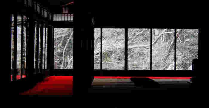 紅葉時が最も華やかですが、青もみじの頃も、雪化粧の冬も、素晴らしい景色が広がります。【1月中旬の「書院南庭」】