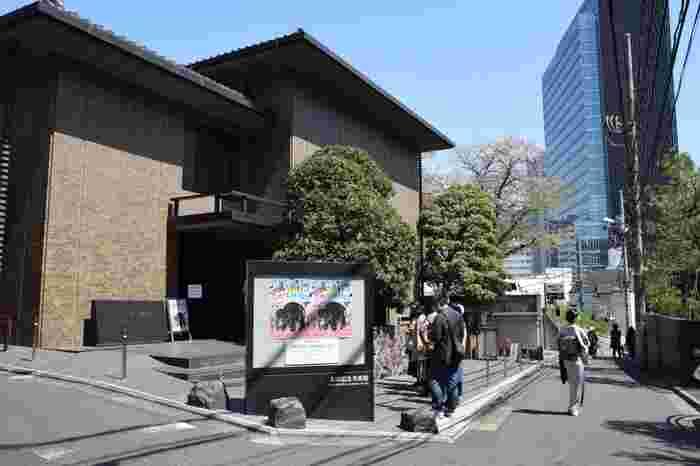 都内でも珍しい浮世絵を専門とする太田記念美術館。肉筆画・版画に関わらずその数は12,000点にも及び、毎月テーマを決め常時80点ほどの作品展示を行っています。来館者には海外の方も多いことから、国内外問わず浮世絵への関心の高さがうかがえます。