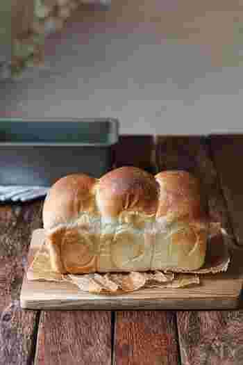 シンプルな食パンだって焼き立てならとってもおいしい朝食になりますね。こちらはパウンドケーキ型を使って作るミニ食パン。食パン型がない人でもトライできますよ。