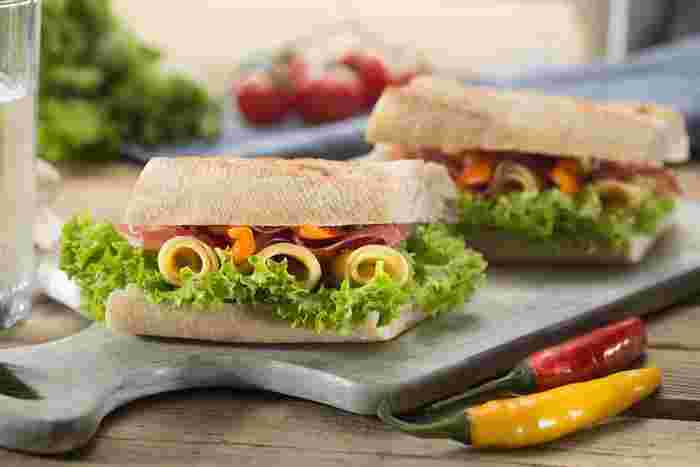 朝食、ランチ、おやつなど、サンドイッチはいろいろなシーンで活躍してくれます。具材をたっぷり詰めればサンドイッチひとつでおかずいらず。バリエーションも豊富にありますので、オリジナルアレンジも簡単に楽しめます。この機会にお気に入りのパンと具材のコンビネーションを見つけて、今年の春はのんびりお外ランチを楽しみましょう♪