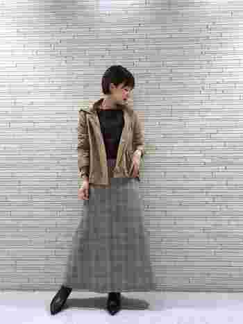 Aラインスカートを上品に着こなすなら、やっぱりロング丈がおすすめ。ふわっとした雰囲気が女性らしくて素敵です。ボトムスにボリュームがある分、トップスやマウンテンパーカーはひかえめに。マウンテンパーカー自体がカジュアルなので、上品に着こなすならオーバーサイズにならないよう注意してみてくださいね。