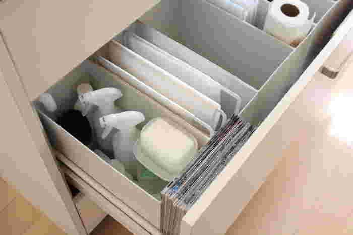 「立てる収納」では、ふきん掛けを使ったアイデアも◎ スチール製ならお手入れも簡単です。 キッチンで使用頻度の高いビニール袋類は、箱から取り出しにくく収納がかさ張りますよね。掛ける収納なら片手ですっと取りやすくなりますよ。 ▷tower(タワー) ふきん掛け