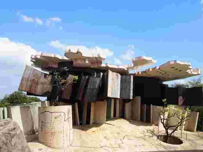 「養老天命反転地」の最大のパビリオン「極限で似るものの家」は、屋根や地面には阜県の地図が記載されています。 中に足を踏み入れると、至る所に家具が配置されているのですが、流石アート!ただ配置されているのではなく、壁にめり込んでいたり、天井や地下に配置されていたりと、まさに驚きの空間が広がります。足元は平らな所が少なく、なんだかおかしな感覚に! その他「養老天命反転地」には、体を使って体感できるアートが盛りだくさん。大人も子供も一緒になって楽しんでみてはいかがでしょうか♪