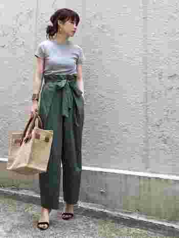 カジュアルな雰囲気になりがちなTシャツを、大人っぽくフェミニンにまとめたコーディネート。 たっぷりとしたワイドパンツにヒールをはいて、カジュアルなTシャツとのギャップを楽しんで。 ペディキュアもきちんと塗ると、丁寧な女性の印象に。