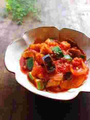 旬の夏野菜を使ったラタトゥイユは、旨味と栄養がたっぷり詰まっています。あたたかいうちはもちろん、冷えても美味。たくさん作って余った分は、いろいろ使い回せます。