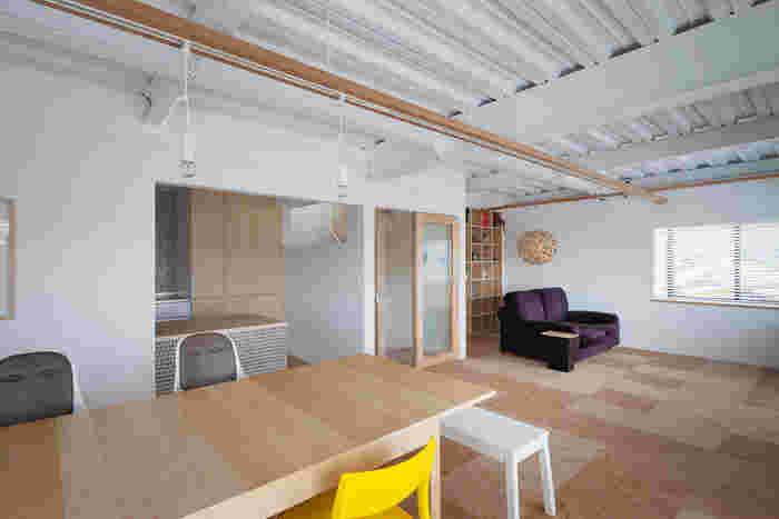こちらはコグチタイルを使ったリノベーション住宅。無垢のナチュラル感の中にも、個性が光っています。同じ木材でも違った印象が生まれますね。