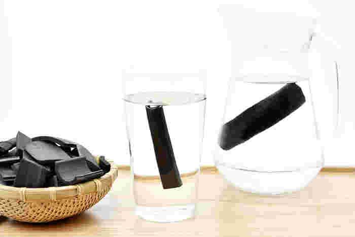 水に竹炭をそのまま入れて、一日置いておくと、竹炭のミネラルが水に溶け出してまろやかな味わいに。