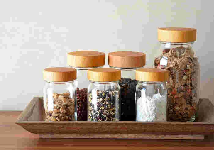 コーヒー豆や調味料を入れたり、なにかと数が必要な保存容器は、出しっぱなしでもインテリアの一部になるようなおしゃれなデザインを選びましょう。「MokuNeji」のキャニスターは、ガラスとケヤキの組み合わせがナチュラルな雰囲気。別売りのシリコンシールを使用することで、さらに密閉力が高まります。
