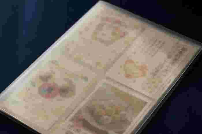 表紙は半透明になっているから、パッと見て何年の年賀状かすぐわかります。サイズなどバリエーションが豊富なので自分のイメージにあったホルダーを見つけよう。