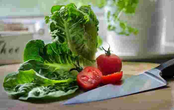 まずは、切った材料を用意します。緑、赤、オレンジ、紫・・色とりどりのお野菜を揃えてくださいね。野菜たっぷりヘルシーなサンドイッチが出来ますよ。