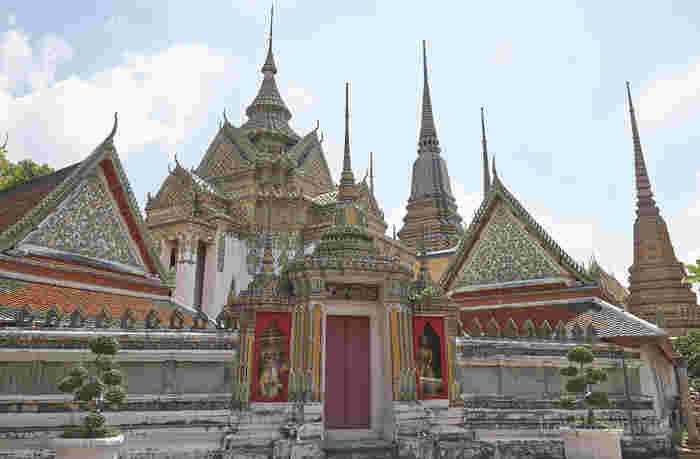 ワット・ポーができたのは18世紀の末頃で、バンコク最古の寺院といわれています。  先ほどの寝釈迦仏だけが注目されがちですが、寺院自体の建築や宗教観がとても興味深く、訪れた人を魅了しています。  ちなみに、8万平方メートルという莫大な敷地面積を誇っているため、来訪予定の方で寺院を歩いて巡りたいという方は、必ず歩きやすい靴を持参しておいてくださいね。  また、ワット・ポーには地下鉄の最寄駅が遠いため、タクシーで来られることをおすすめします。