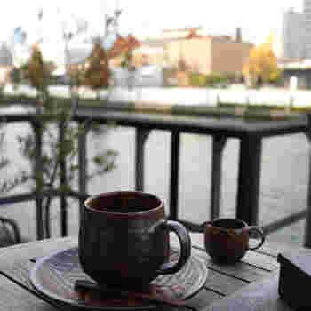 土佐堀川に面したテラス席から眺める夕暮れのロケーションは心が安らぎます。きめ細やかなミルクのカフェラテは絶品!