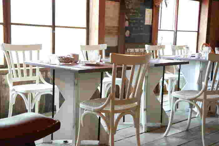 真っ白なテーブルやチェアが店内を明るい雰囲気に仕上げています。窓も大きく明るい店内ですね。