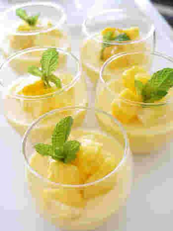 冷凍マンゴーを使ってつくるトロピカルな雰囲気タップリのお手軽プリン。目にも鮮やかに夏を感じられるデザートです。