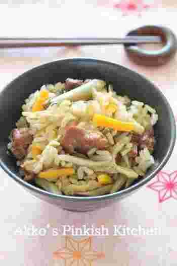 焼きとり缶と塩昆布で、うまみが染みわたる炊き込みご飯の完成です。冷めても美味しく頂けるので、ラップに包んで冷凍保存しておけば、お弁当にもぴったり!