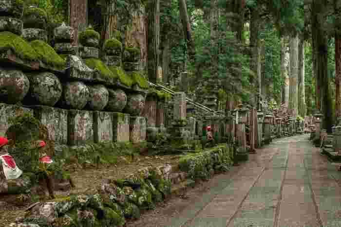 奥の院の参道には、平安時代から現代にけて各時代で名を馳せた著名人の墓をはじめ、無数の墓碑が並んでいます。