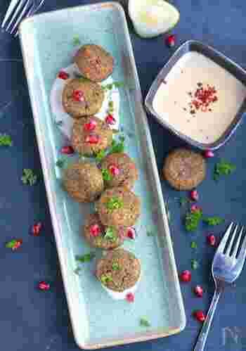 ファラフェルは、ひよこ豆などをつぶしたものを使った中東のコロッケ。こちらは、赤レンズ豆を使い、レモン風味をきかせたイラン風です。小麦粉の代わりにそば粉を使うなど、ヘルシー感たっぷりの一品。