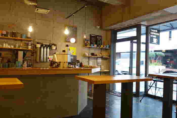 店内は、スタンディングスタイルのカウンターとテーブルだけのシンプルなつくり。コーヒーを抽出する音や街の音など、店内で聞こえてくる日常の音をBGMにしているそう。余計な音がないからこそ、コーヒーを味わうことに集中できます。