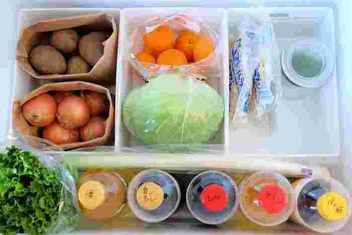 セリアの人気商品「ライナケース」を3つ並べると、野菜室にピッタリ。キャベツがちょうど収まるサイズ感が絶妙ですね。玉ねぎやジャガイモなどの常備野菜は紙袋に入れて保管しておくと、泥などによる野菜室内の汚れを防げて便利です。