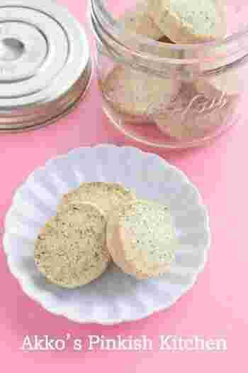 普通のクッキーにひと工夫したいなら、茶葉を加えた紅茶クッキーが手軽です。口の中で広がる紅茶の風味がおしゃれで、お茶菓子やおもたせにぴったり!