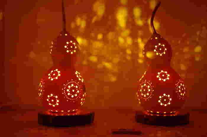 お花の模様のランプ。まるいひょうたんのかたちと、ひょうたんを通した柔らかな光に癒されて。 模様からこぼれる光にも魅了されます。