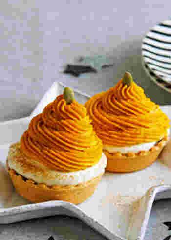 同じくモンブランですが、こちらはシナモンとりんごが入ったカボチャクリームを使って作る香り良い大人のケーキに仕上がっています。タルト生地は市販のものを使うので、見栄えと味も良いうえに簡単に作れるので、覚えておくと良いかも。