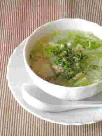お湯に材料を入れて煮込むだけですぐにできてしまう簡単レシピ。お味噌汁の代わりになってくれますね。