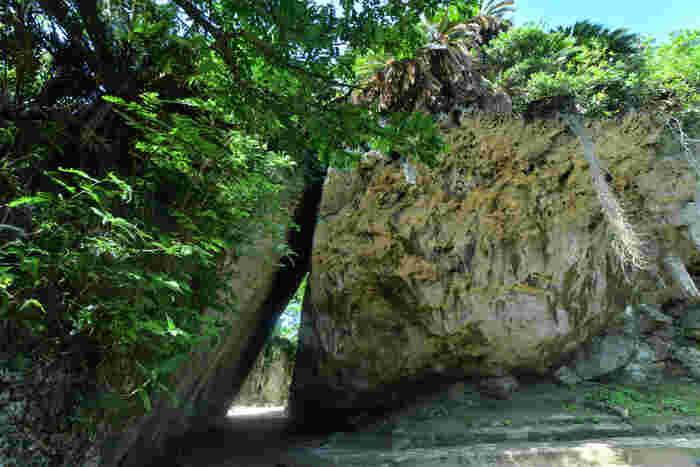 """沖縄にはいくつものパワースポットが散在していますが、その中でも「斎場御嶽(せーふぁーうたき)」は有名で、人気の高い場所で、世界遺産に登録されています。琉球王国の創世神""""アマミキヨ""""が造ったといわれる聖地のひとつです。すでに定番化しているので知っている方も多いでしょう。勘の鋭い方はこの場所を訪れると涙があふれるともいわれています。"""