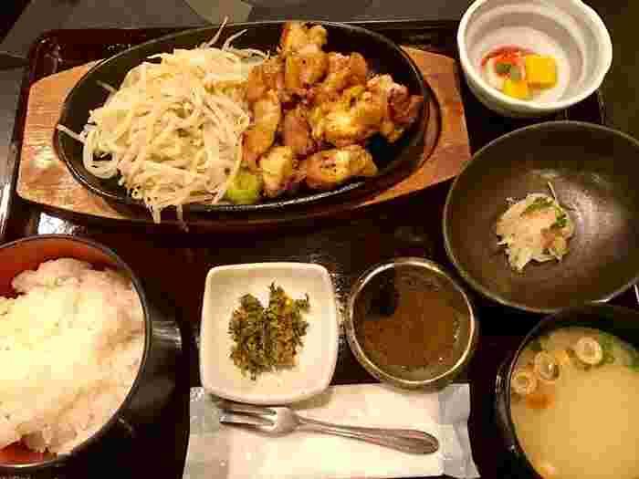 博多御膳よりもリーズナブルな、もも炙り御膳や唐揚げ御膳などのランチも楽しめます。ジューシーでうまみたっぷりの華味鳥をランチで味わいましょう!