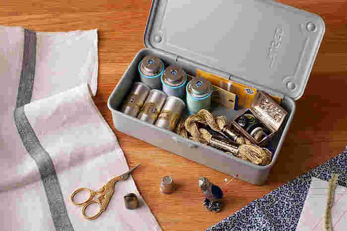 本来の目的通り、工具類を入れる道具箱としてはもちろん、ソーイングボックスや救急箱として、ステーショナリーボックスとして、さまざまな用途で使うことができます。使い方はアイデア次第。