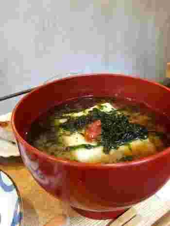 ネーミングがユニークな「いつもと違ういつもの豆腐のおみそ汁」は、たっぷりの海苔と大きなお豆腐、アクセントの梅干しがお味噌の風味をより引き立ててくれます。