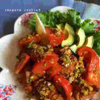 【中華風トマトダレ】 トマト、きゅうり、白ネギ...具材をたっぷり加えた中華風のタレを加えれば、いつもの唐揚げがさらにボリュームアップ。彩りも鮮やかで食卓に映えるメイン料理になりますよ。