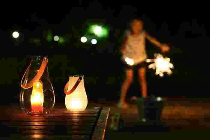 ■庭やテラスに置く 夏だからこそ、外の風を感じながら、食事をしたり、お酒を楽しんだりすることも増えてくるのでは? スツールやテーブルの上にキャンドルを灯して、お料理だけでなく雰囲気も楽しみたいですよね。 セッティングは夕暮れどきに。日が落ちて暗くなるが、ちょっと楽しみになりますよ。