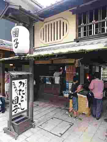 お団子専門店のこちら『だんご屋』さん。みたらし、黒蜜、きなこ、生醤油など、もっちり食感のお団子です。