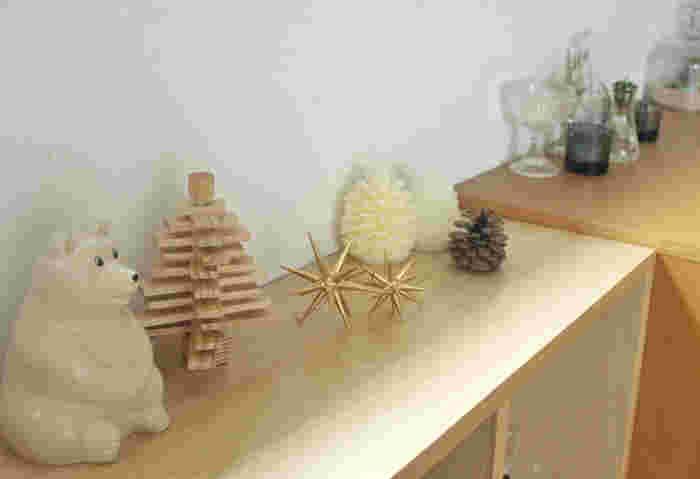 木製のシンプルなツリーを飾るのも素敵。クリスマスが終わってもそのまま飾って置けるナチュラルさが魅力です。