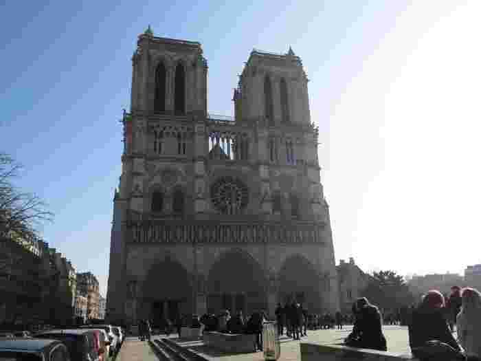 ぜひ少し離れたところから外観全体を眺めてみてください。 こちらは、2つの塔を配した正面。ゴシック建築の最高傑作といわれる厳かな姿です。