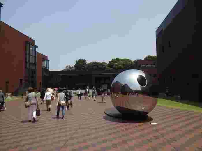 """上野動物園のすぐ脇にあるのが、大正15年に建てられた東京都美術館。""""アートへの入口""""を目指した美術館は、大きな銀色の球体が目印。"""